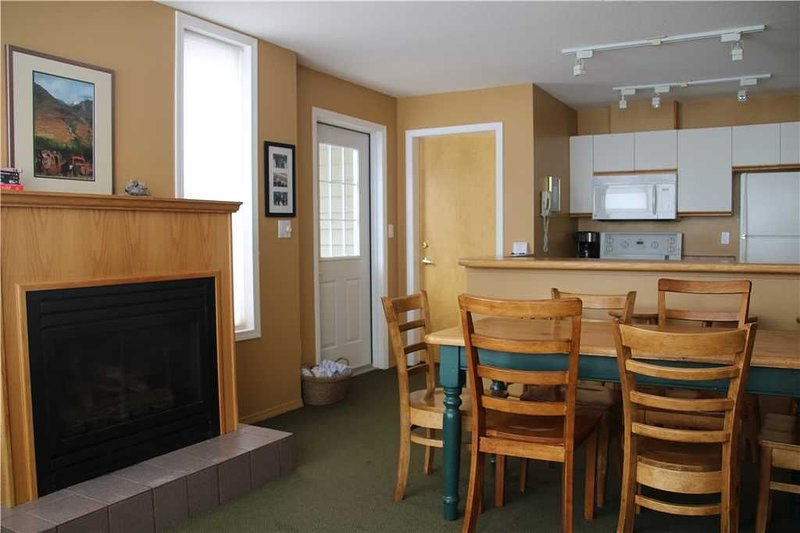On-mountain condo with kitchen, access to outdoor pool, hot tubs & BBQ, 5min wal, holiday rental in Fernie