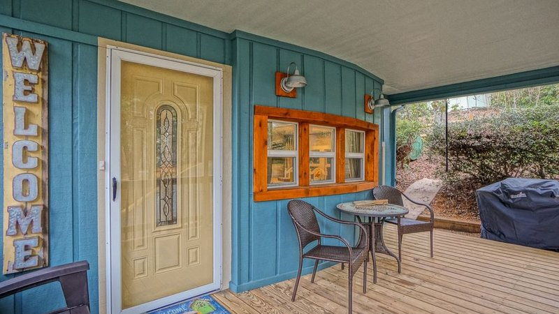 Coach's Cabin - Completely remodeled! Fenced yard! Close to amenities in Linvill, casa vacanza a Newland