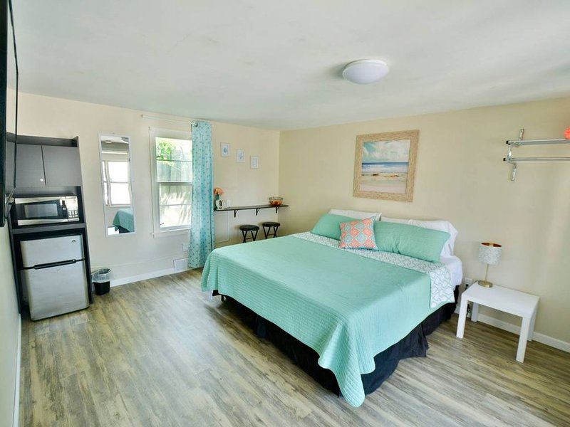Whitehall Cottages Boutique Motel #9 - King Bed, holiday rental in Muskegon County