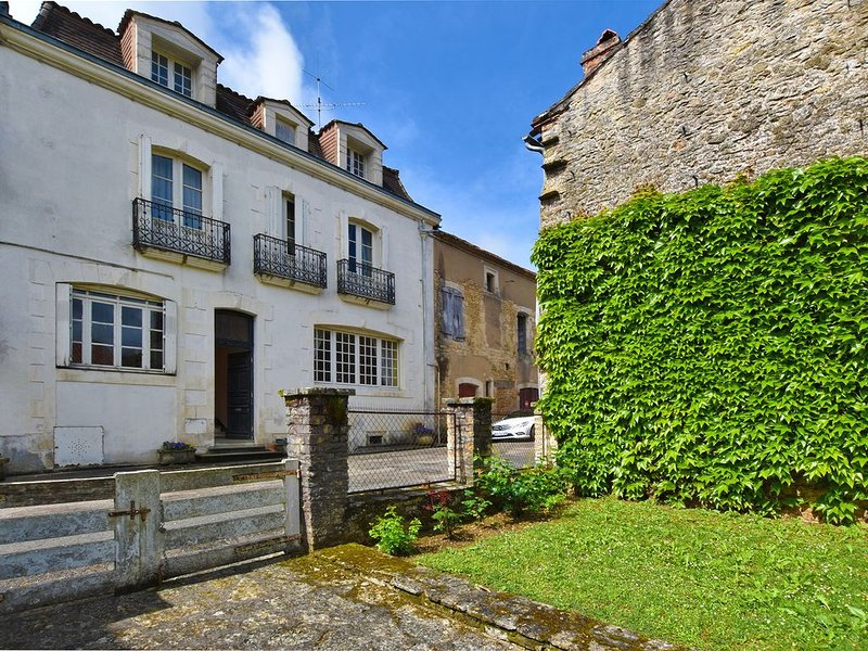 18th century character home with garden, in the heart of a historic village, alquiler vacacional en Villefranche-du-Perigord