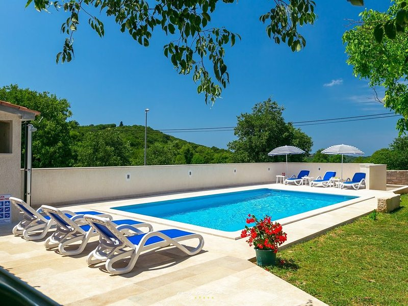 Beautiful villa with private pool near Rovinj, holiday rental in Matohanci