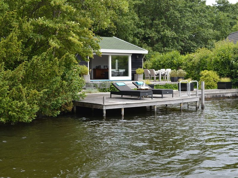 Beautiful romantic cottage directly by the Loosdrechtse Plassen., holiday rental in Baambrugge