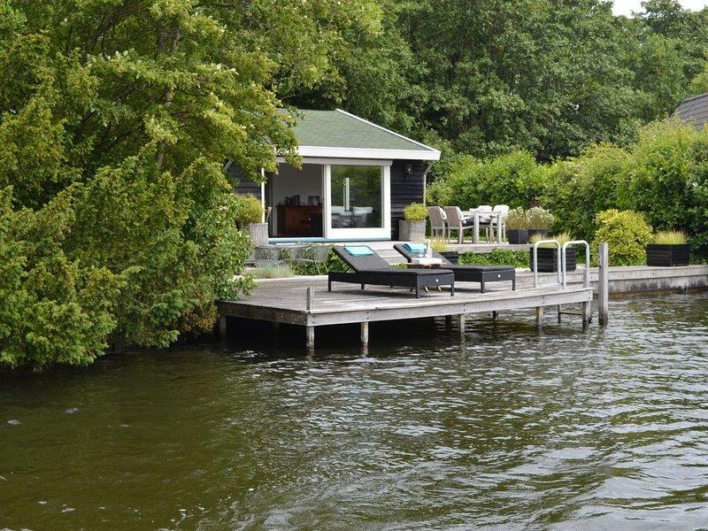 Beautiful romantic cottage directly by the Loosdrechtse Plassen., location de vacances à Haarzuilens