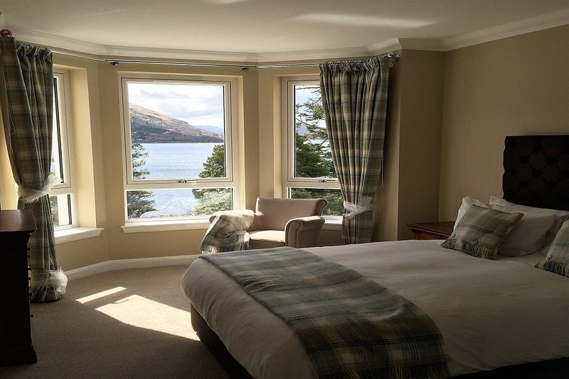 A Ground Floor Apartment that sleeps 4 guests  in 2 bedrooms, holiday rental in Ballachulish