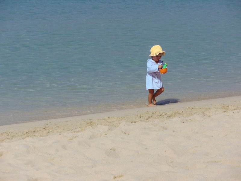 O mar é calmo e a praia é muito plana, inclinada para a água