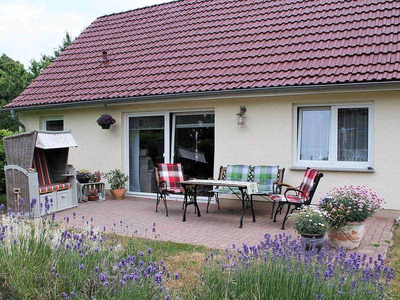 Cosy Holiday Home in Hohenkirchen near Baltic Sea, holiday rental in Hohenkirchen