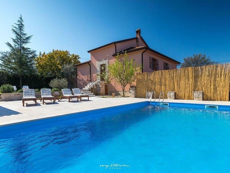 Cosy family villa with pool near Novigrad, alquiler de vacaciones en Novigrad