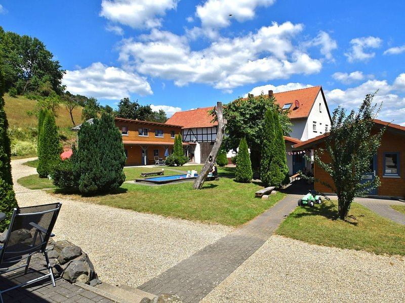Holiday farm situated next to the Kellerwald-Edersee national park with a sunbat, location de vacances à Hemfurth-Edersee
