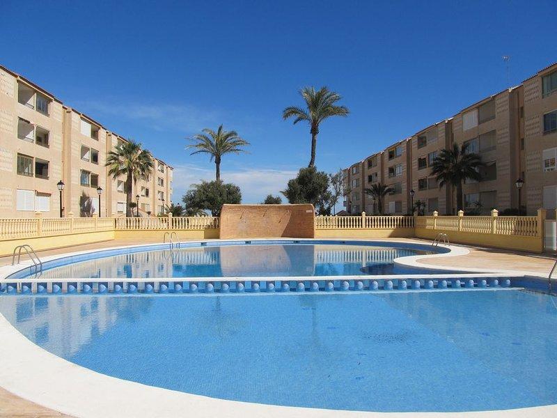 Bright and spacious 3 bedroom frontline with stunning views, location de vacances à La Manga del Mar Menor