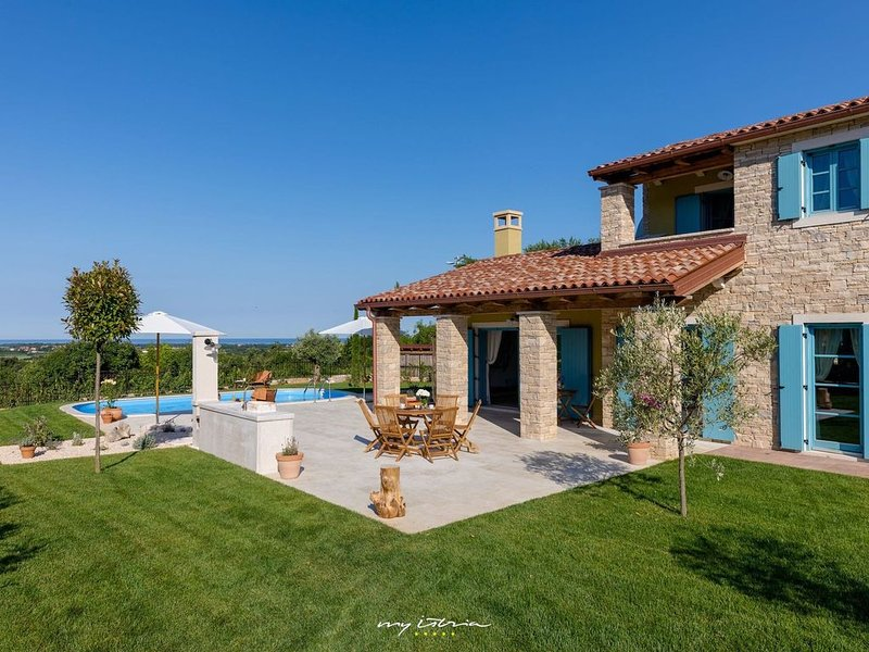 Villa with private pool located near Umag, holiday rental in Petrovija
