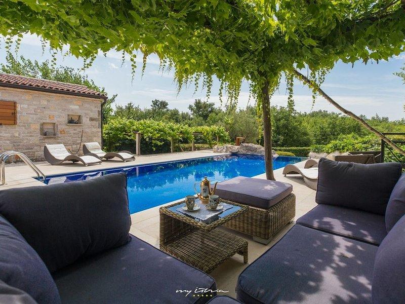 Charming stone villa with private pool in Groznjan, alquiler de vacaciones en Groznjan