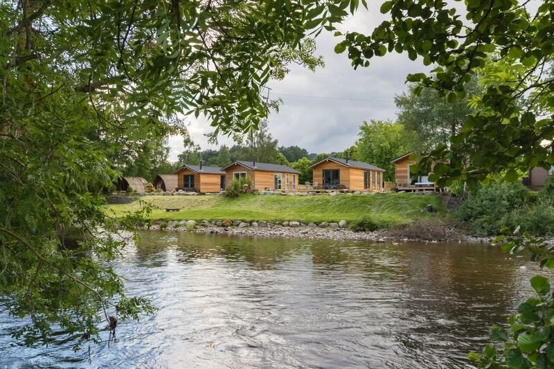 A riverside lodges with spa pool  (dog friendly) that sleeps 4 guests  in 1 bedr, casa vacanza a Muthill