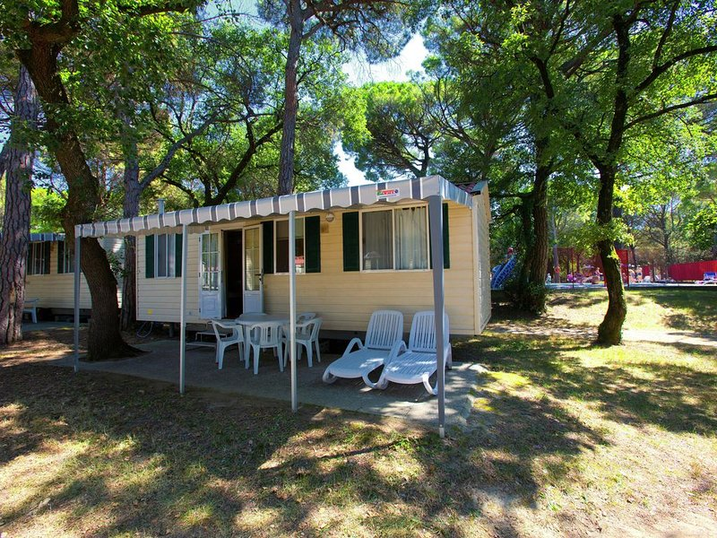 Detached chalet with nice terrace not so far from the sea, holiday rental in Grado