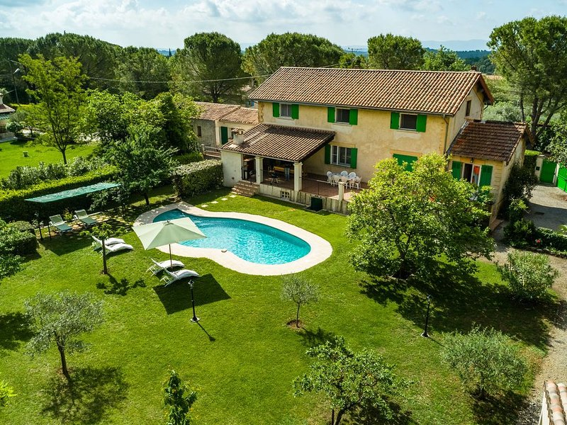 Sleep in former train station with beautiful pool and enclosed grass garden, location de vacances à Lorgues