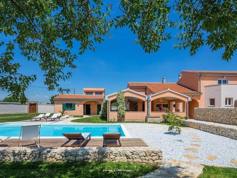 Relaxing contemporary villa near Zadar, holiday rental in Nadin