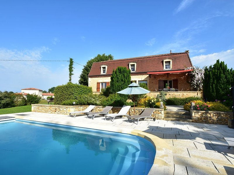 Cozy Holiday Home in Coux-et-Bigaroque with a Private Pool, location de vacances à Saint-Chamassy