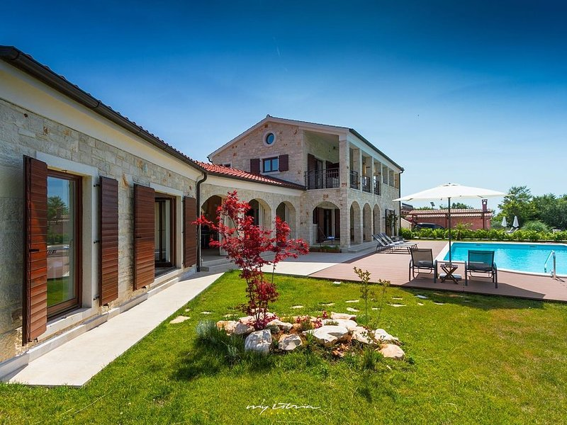 Spacious villa with a big private pool, holiday rental in Mofardini