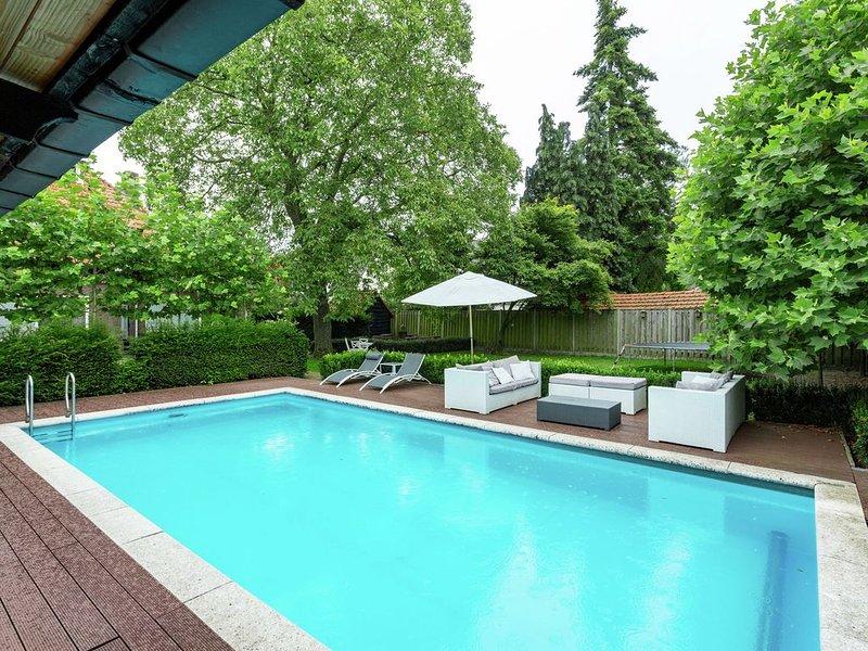 Splendid Villa in Helmond with Swimming Pool, Garden, Terrace – semesterbostad i Eindhoven