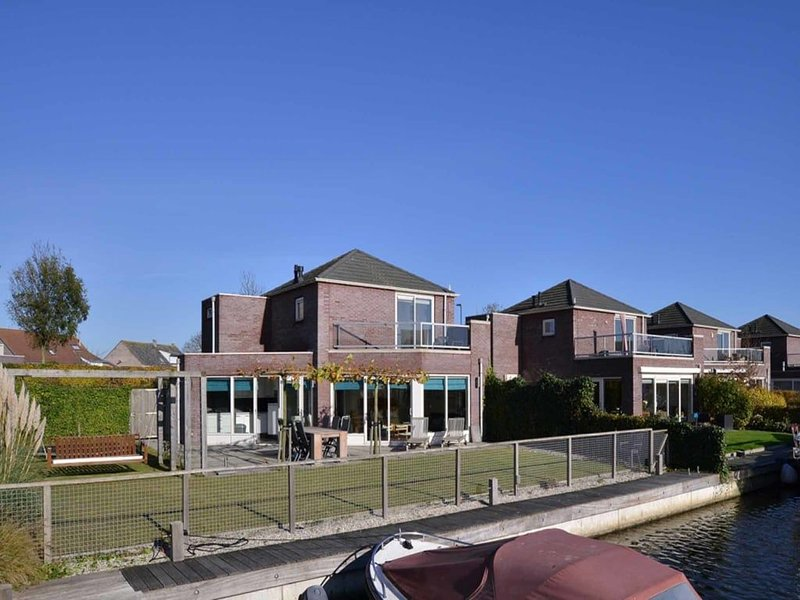 This house is completely surrounded by a fence and it has a trampoline, perfect, alquiler vacacional en Heijningen