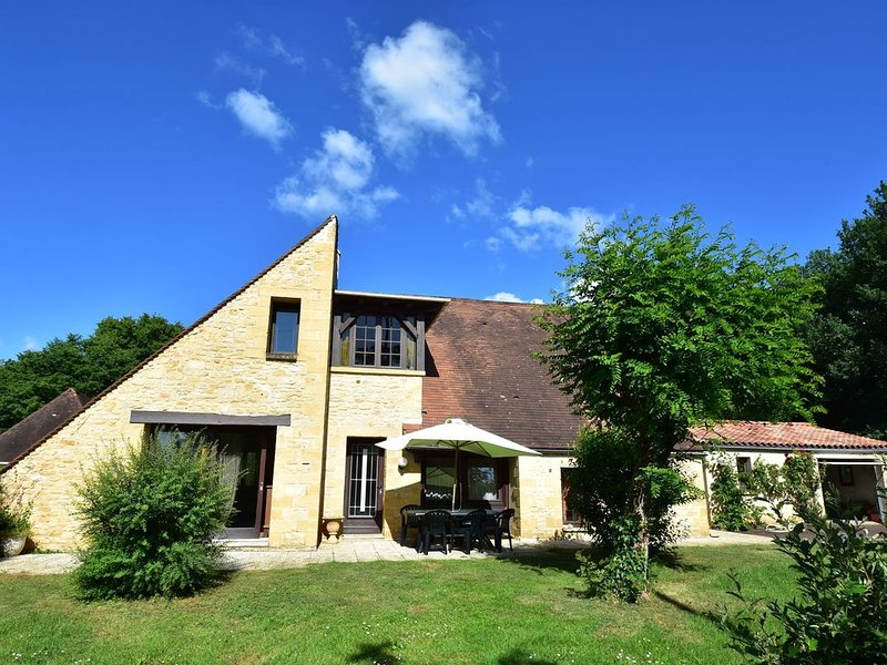 Gorgeous Villa in St. Julien-De-Lampon with Private Pool & Centre Nearby, holiday rental in Saint-Julien-de-Lampon