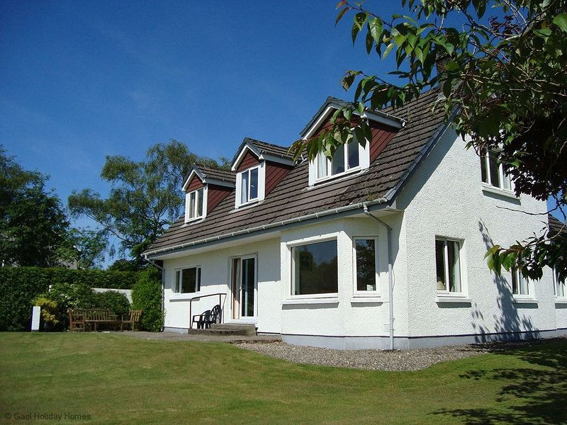 West Coast Rural Loch Side House, holiday rental in Oban