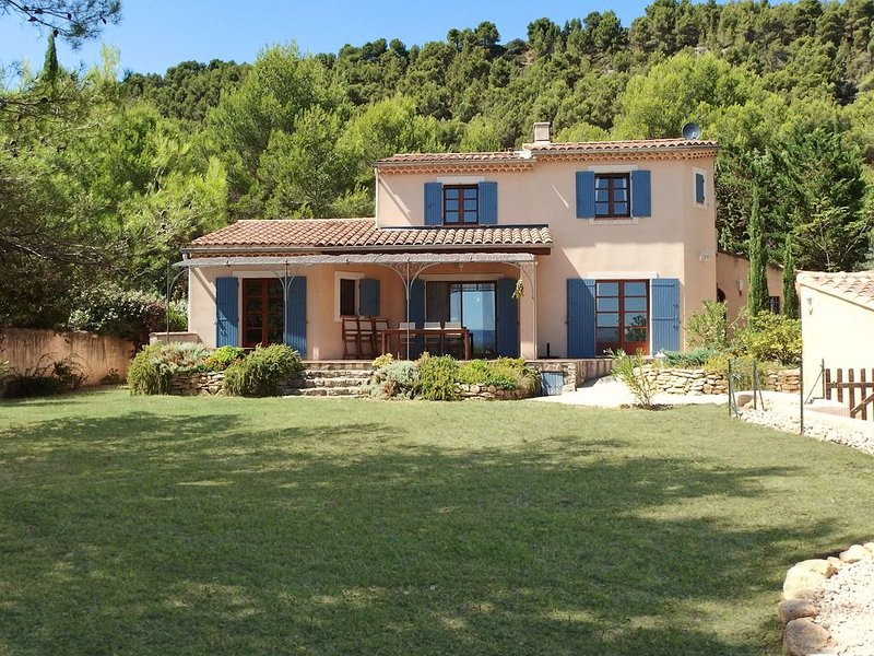 Modern villa with heated, private swimming pool near Mont Ventoux., holiday rental in Saint-Hippolyte-le-Graveyron