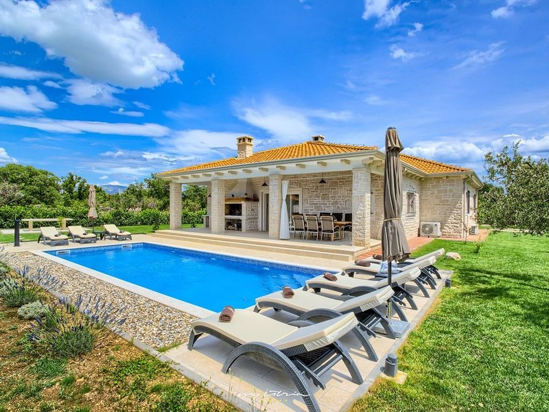 Beautiful family villa with pool near Sibenik, location de vacances à Zverinac