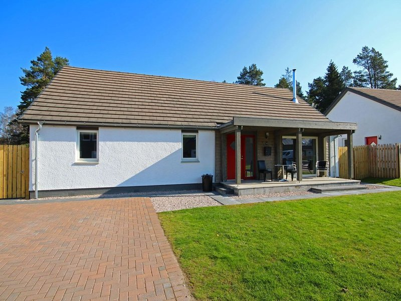 Detached holiday home with hot tub and sauna on Aviemore Ski road, holiday rental in Feshiebridge