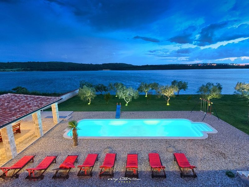 Waterfront villa with big private pool near Pula, vacation rental in Pomer