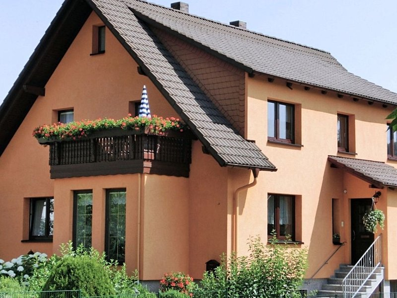 Lovely holiday home in the Thüringer Forest with balcony, deckchairs and barbecu, holiday rental in Meiningen