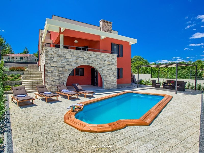 Stylish villa with pool near the beach in Zadar, casa vacanza a Donji Karin