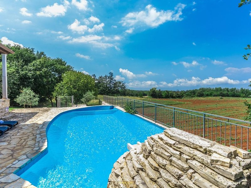 Beautiful villa with private pool near Porec, location de vacances à Baldasi