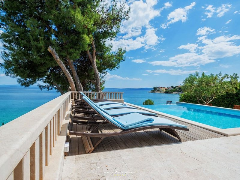 Spacious seaside villa near Trogir, vacation rental in Okrug Gornji