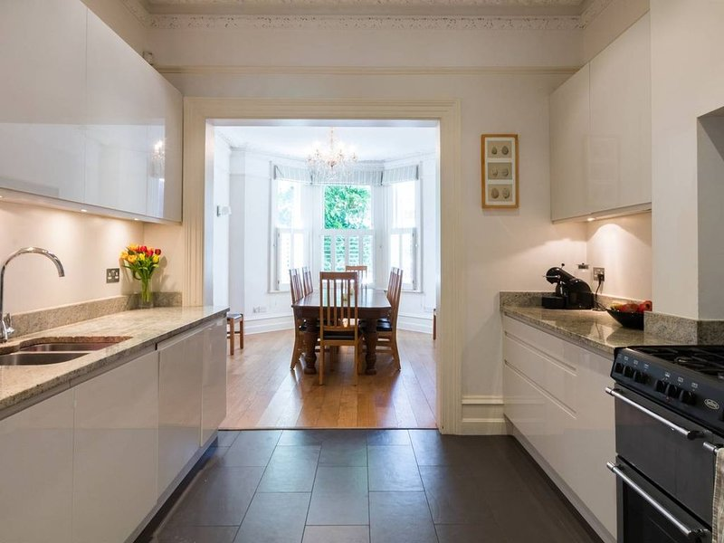 Long Stay Discounts - Traditional 5bed family home, Ferienwohnung in Hounslow