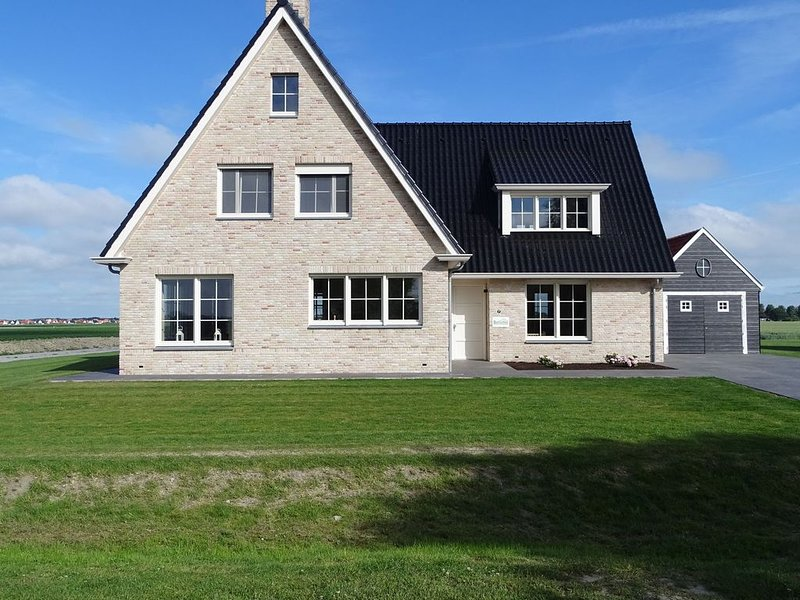 Beautiful and spacious villa with a panoramic view, near the beach of Cadzand., location de vacances à Cadzand