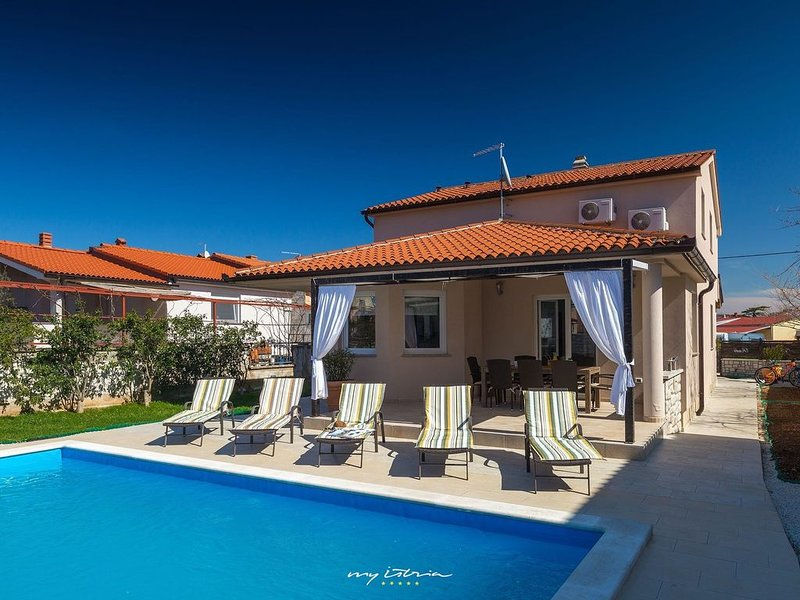 Lovely villa with private pool near the sea, holiday rental in Valbandon