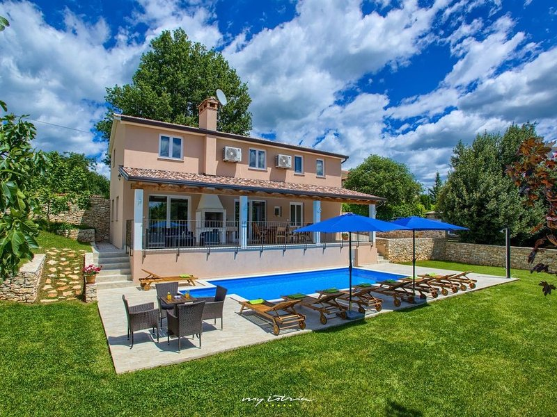 Modern villa with private pool in Central Istria, holiday rental in Zabrezani