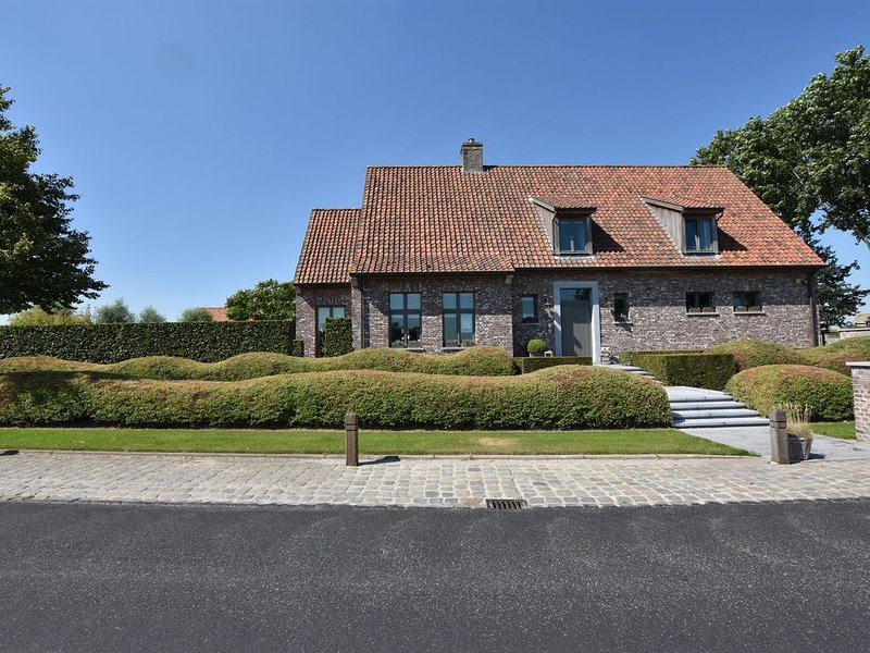 Tasteful Mansion in Lichtervelde with Jacuzzi, holiday rental in Pittem