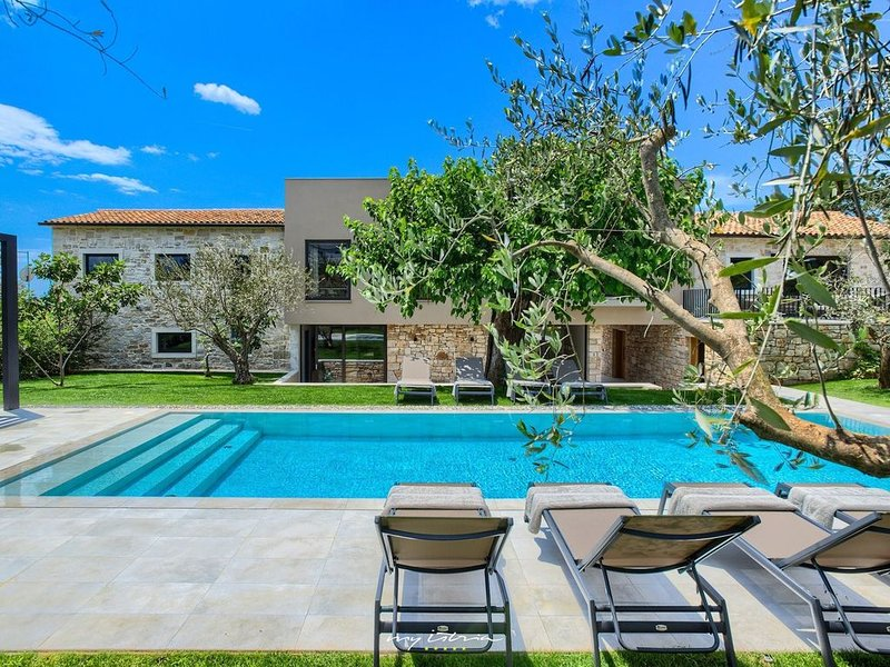 Amazing restored villa with private pool, alquiler vacacional en Zbandaj