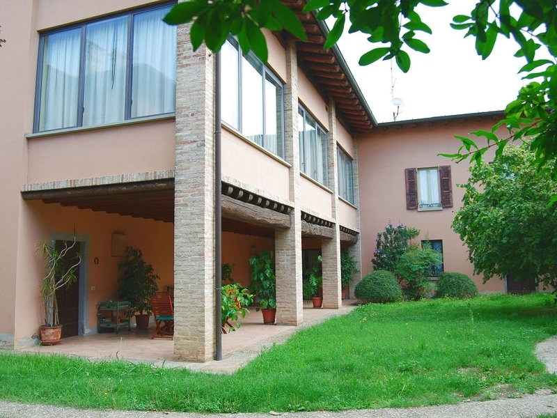 Villa in Capriolo with Patio, Courtyard, Garden, Parking, location de vacances à Cologne