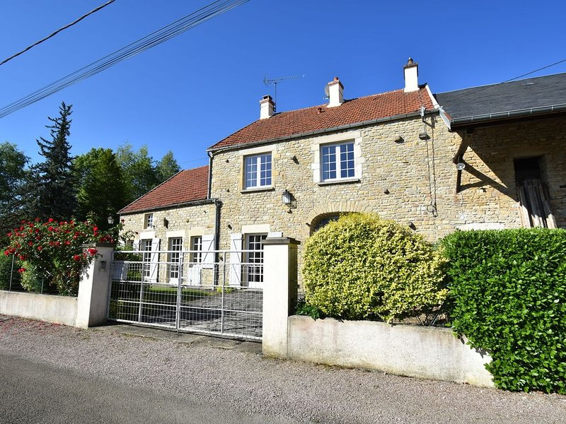 Modern Holiday Home in Vault-de-Lugny with Meadow View, holiday rental in Marigny l'Eglise