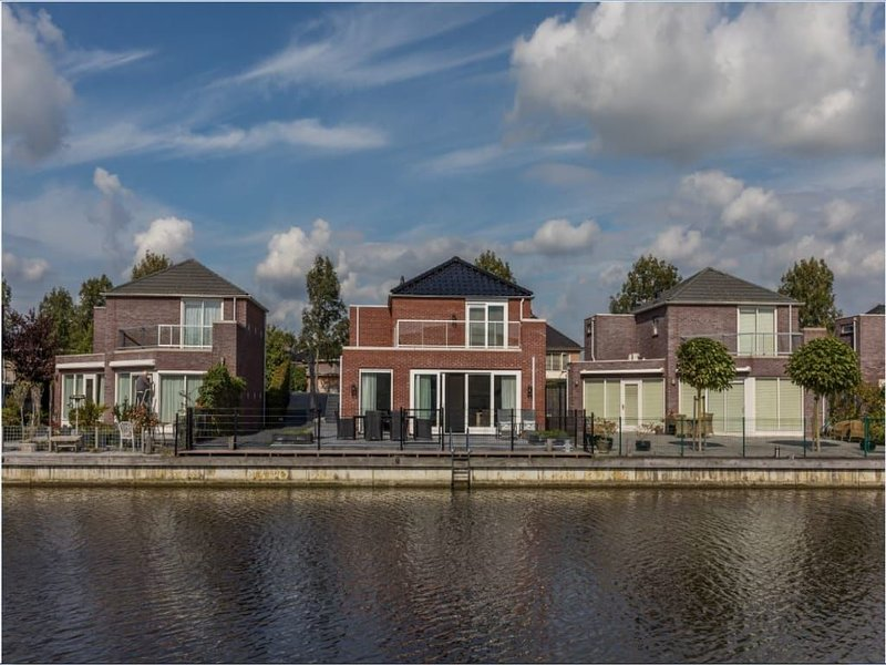 Extra spacious dyke house, built in 2017, with beautiful finish off and fenced t, alquiler vacacional en Heijningen