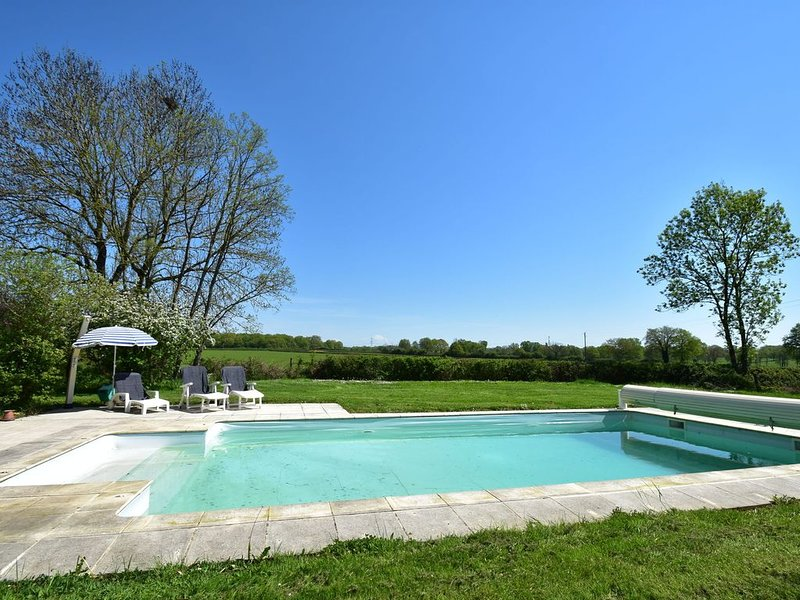 Modern Holiday Home in Burgundy with Swimming Pool, vakantiewoning in Magny-Cours