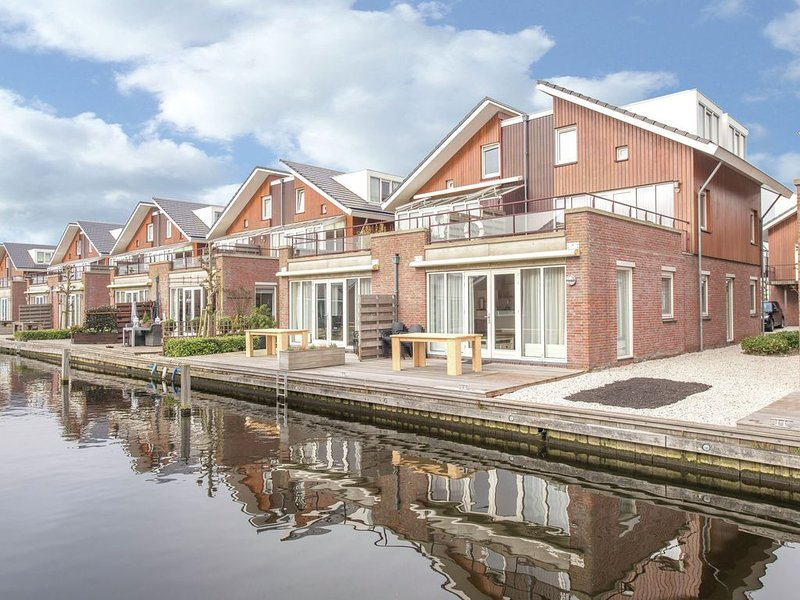 Lake-View apartment with dishwasher, close to Amsterdam, holiday rental in Uitgeest