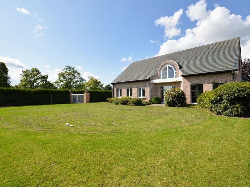 Quietly located spacious mansion surrounded by the greenery of the Flemish Arden, holiday rental in Herzele