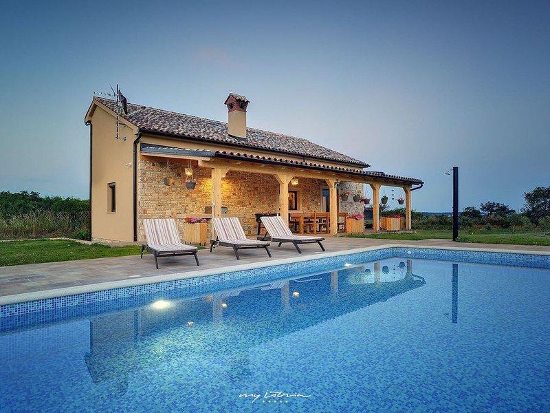 Beautiful villa with private pool near the sea, location de vacances à Pomer
