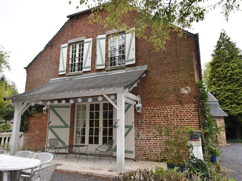 Great character house with beautiful quiet park on a hill of the Green Axis, vacation rental in Aisne