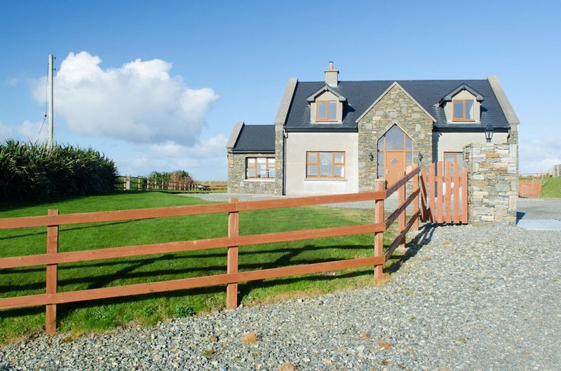 Cottage 238 - Cleggan - sleeps 8 guests  in 4 bedrooms, vacation rental in Cleggan