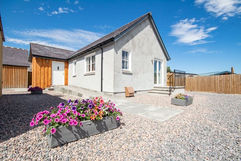 Detached holiday home in a quiet location yet close to shops in Inshes, Invernes, vacation rental in Inverness