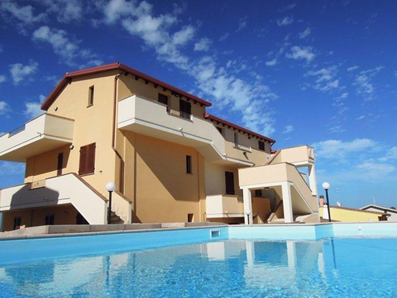 Moderno trilocale vista mare, con balcone e lavatrice, in residence con piscina, location de vacances à Multeddu